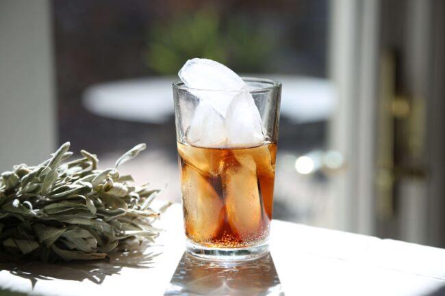 Tamni rum u čaši