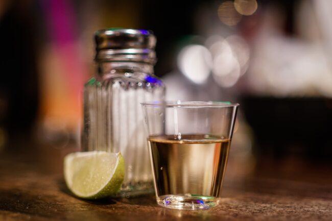 Servirana tequila s limunom i soli